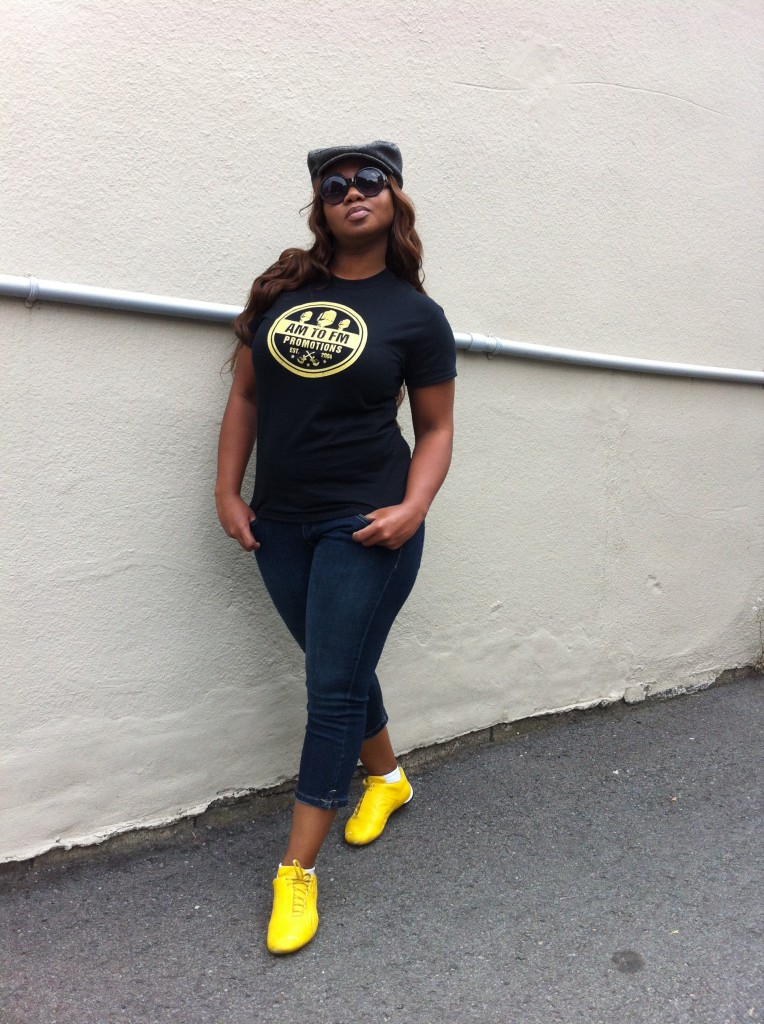 Ria Reece (artist AM to FM) with the new t-shirt black and Yellow!